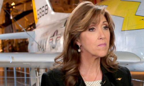 Nữ phi công Mỹ thay ca cho chồng khi cứu máy bay nổ động cơ