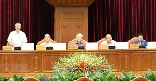 Thường trực Ban bí thư Trần Quốc Vượng (bìa trái) điều hành phiên thảo luận về đề án cải cách chính sách bảo hiểm xã hội. Ảnh: TTX