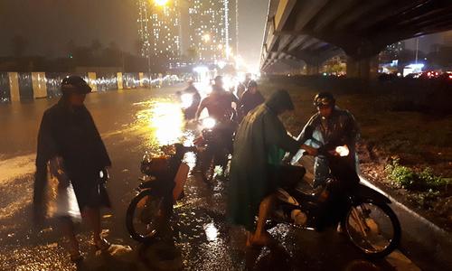 Mưa lớn, nhiều phố Hà Nội biến thành sông