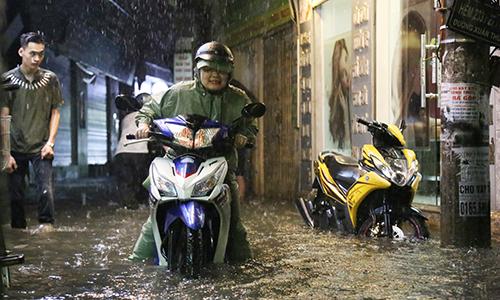 Hà Nội đón cơn mưa lớn nhất từ đầu năm