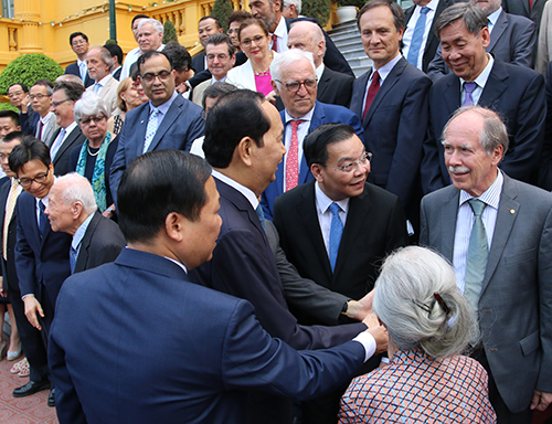 Chủ tịch nước Trần Đại Quang, Bộ trưởng Khoa học và Công nghệ Chu Ngọc Anh trò chuyện cùng GSGerard t Hooft và Giáo sư Lê Kim Ngọc. Ảnh: Tuấn Long.