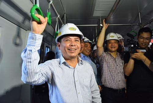 Bộ trưởng Giao th.ông Nguyễn Văn Thể đi thử trên tuyến dường sắt đô thị Cát Linh - Hà Đông chiều 12/5. Ảnh: Giang Huy.