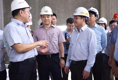 Bộ trưởng Giao th.ông yêu cầu cá.c bên liên quan đảm bảo tiến độ để vận hành thử vào tháng 10 và chạy thương mại tháng 12. Ảnh: Giang Huy.