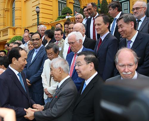 Chủ tịch nước Trần Đại Quang bắt tay Giáo sư Trần Thanh Vân. Ảnh: Tuấn Long.