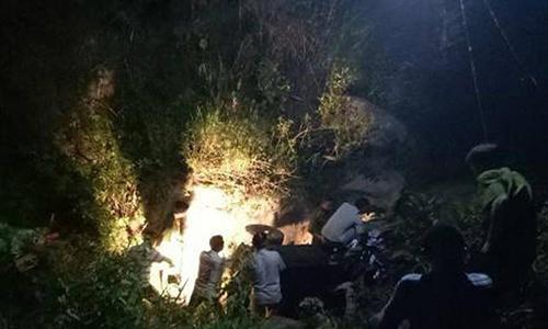 Xe công nông rơi xuống khe suối khiến ba người chết