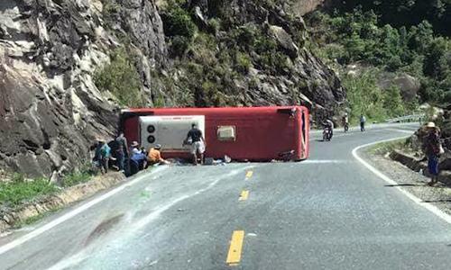 Ôtô chở đoàn công an hưu trí lật trên đèo, 3 người tử vong