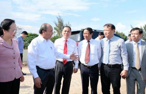 Thủ tướng tham quan công trường xây dựng Tổ hợp nhà máy sản xuất ôtô, xe máy điện Vinfast. Ảnh: VGP/Quang Hiếu