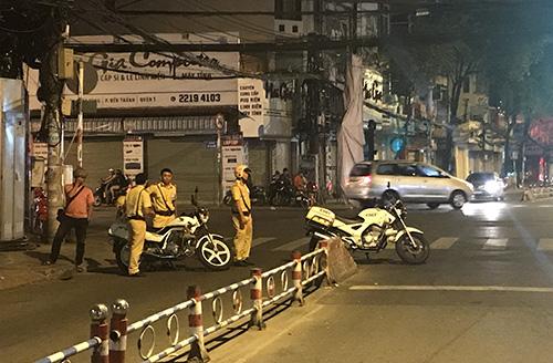 Cảnh sát phong toả một đoạn đường Tôn Thất Tùng. Ảnh: Quốc Thắng.