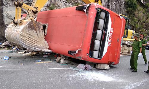 Tài xế ôtô lật trên đèo: Đâm xe vào vách núi để không rơi xuống vực