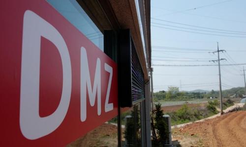 Một công ty môi giới bất động sản ởMunsan, Hàn Quốc ngày 10/5 đặt tấm biển quảng cáo đất tại Khu Phi quân sự (DMZ). Ảnh: Reuters.