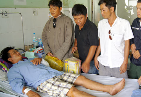Anh Hải và các thành viên trong CLB đến nhăm một đồng đội bị cướp tấn công. Ảnh: N T.
