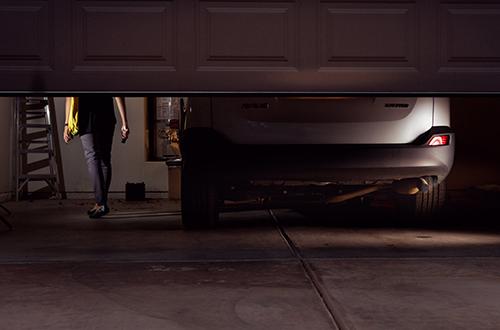 Quên tắt máy khi đỗ xe trong nhà, khiến nhiều người phải trả giá bằng mạng sống. Ảnh: NewYorkTimes.