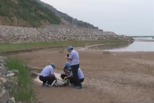 Một phần thi thể nạn nhân được khám nghiệm ngay gần nơi phát hiện.
