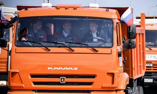Putin đích thân lái xe tải khai trương cầu dài nhất châu Âu