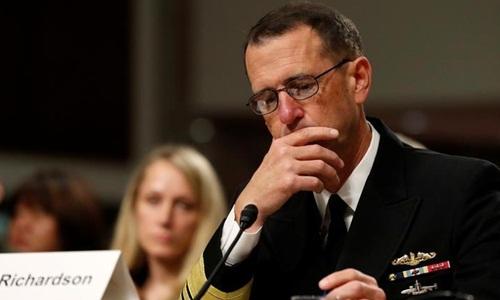 Tư lệnh Tác chiến Hải quân Mỹ, Đô đốc John Richardson trong phiên điều trần tại Ủy ban Quân vụ Thượng viện Mỹ tháng 9/2017. Ảnh: Reuters.