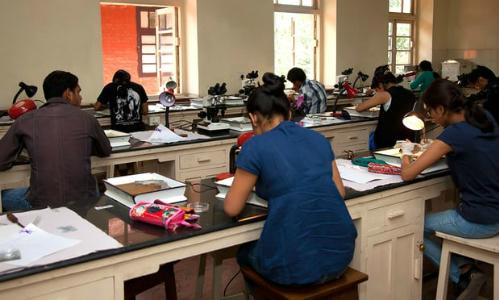 Trường Ấn Độ cắt tay áo thí sinh để chống gian lận thi cử