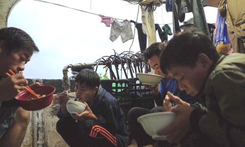 Ngư dân Việt trên tàu đánh bắt cá xa bờ ở Đài Loan
