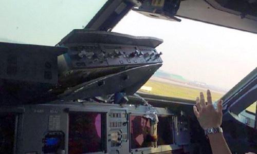 Máy bay của hãng hàng không Tứ Xuyên bị rơi mất tấm cửa sổ trong buồng lái hôm 14/5. Ảnh: SCMP.