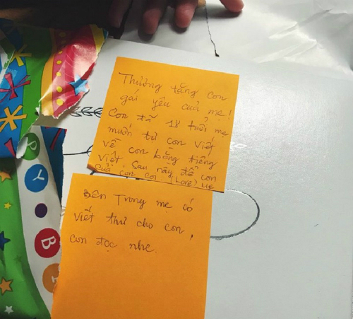 Lời nhắn của mẹ Thy Tran bên ngoài cuốn sổ. Ảnh: Twitter