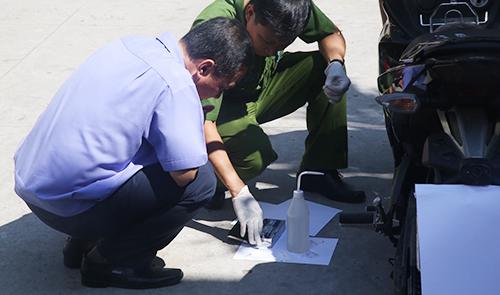 Cơ quan điều tra khám nghiệm vết máu trên xe tang vật. Ảnh: Quốc Thắng.