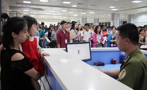 Cán bộ công an cửa khẩu kiểm tra hộ chiếu khách Trung Quốc