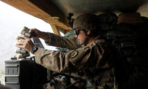 Lính Mỹ nạp súng phóng lựu tự động MK19. Ảnh: Reuters.