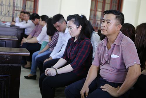 bị cáo Đặng Đình Hồng (ngoài cùng bên phải). Ảnh: Nguyễn Hải.