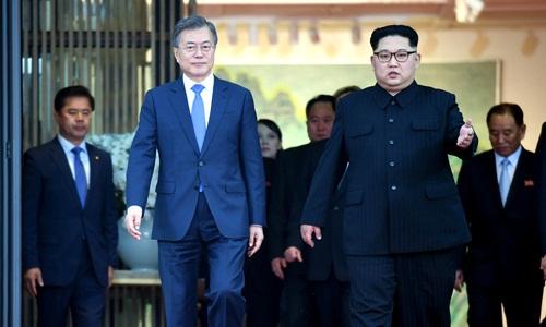 Tổng thống Hàn Quốc Moon Jae-in (trái) và lãnh đạo Triều Tiên Kim Jong-un tại hội nghị thượng đỉnh liên Triều ngày 27/4. Ảnh: Yonhap.