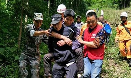 Zhou được đưa xuống núi. Ảnh: SCMP.