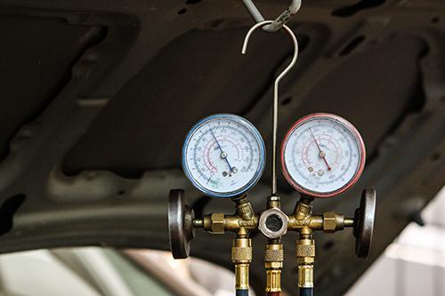 Quan sát đồng hồ đo áp xuất, thợ có thể biết điều hòa còn làm việc hay hỏng.