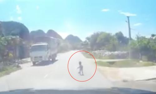 Tài xế kịp dừng xe khi phát hiện bé trai bò ngang quốc lộ