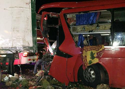 Ô tô khách hư hỏng sau tai nạn, 12 người bị thương nặng. Ảnh: Thái Thông