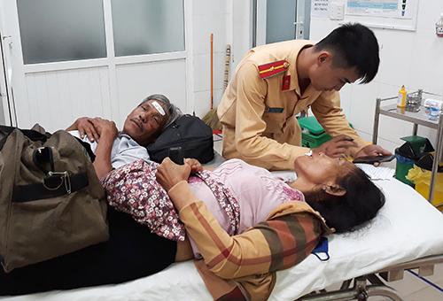 Hành khách bị thương được chuyển đến bệnh viện. Ảnh: Thanh Châu
