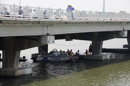 Lực lượng chức năng đều ca nô, thợ lặn tìm kiếm hai nạn nhân. Ảnh: Võ Thạnh