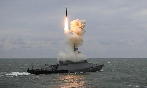 Tàu Nga bắt tên lửa Kalibr trong cuộc tập trận năm ngoái. Ảnh: Sputnik.
