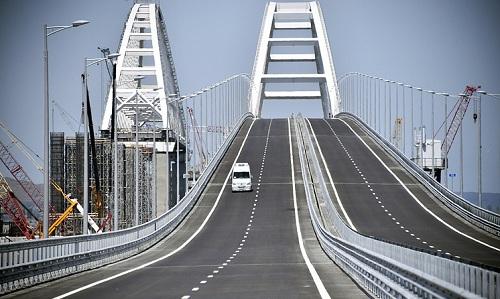 Cầu vượt eo biển Kerch, nối bán đảo Crimea và đất liền Nga. Ảnh: TASS.