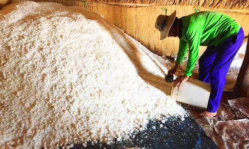 Người làm muối ở Bến Tre bị thiệt hại nặng vì mưa trái mùa