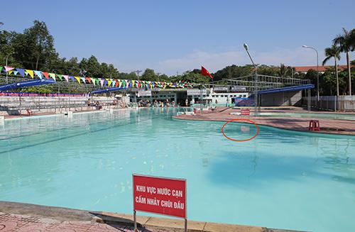 Bể bơi quân khu 4,vị trí chị Thu gặp tai nạn chiều 16/5 (khoanh đỏ). Ảnh: Nguyễn Hải.