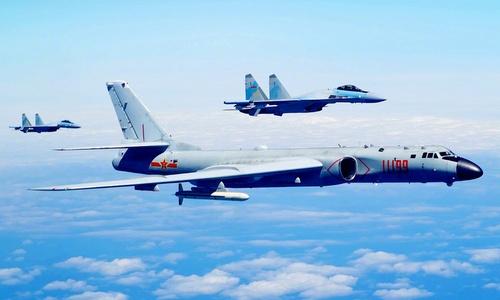 Tiêm kích Su-35S và oanh tạc cơ H-6K Trung Quốc tập trận gần Đài Loan. Ảnh: Weibo.