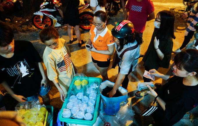 Hàng dài người chờ mua sữa tươi trân châu ở Sài Gòn