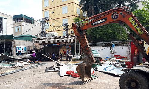 Hơn 20 cửa hàng xây trái phép ở Hà Nội bị phá dỡ