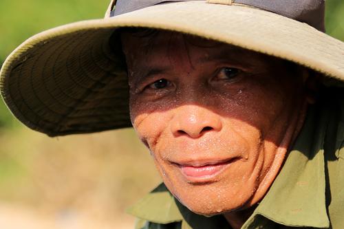 Người dân miền Trung đang trải qua đợt nắng nóng kéo dài từ đầu tuần. Ảnh: Hoàng Táo