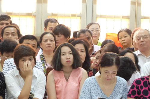 Phòng xử rộng nhất tòa Hà Nội chật cứng người có quyền lợi nghĩa vụ liên quan, cùng các bị hại.