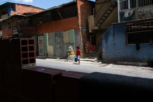 Dân Venezuela sống cảnh không điện, nước, khan hiếm thực phẩm - ảnh 2