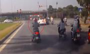 Nữ 'Ninja' dừng tránh nắng cách đèn đỏ 30m khiến ôtô phanh dúi dụi