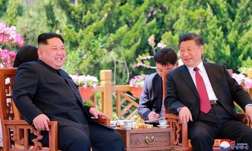 Lãnh đạo Triều Tiên Kim Jong-un (trái) và Chủ tịch Trung Quốc Tập Cận Bình trong cuộc gặp tại thành phố cảng Đại Liên hôm 8/5. Ảnh: AP.