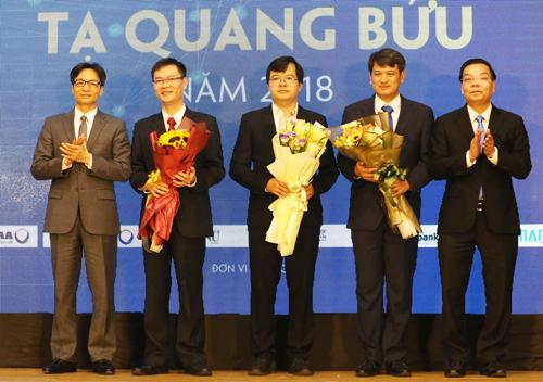 Phó thủ tướng Vũ Đức Đam và Bộ trưởng Chu Ngoc Anh chúc mừng các tác giả đoạt giải. Ảnh:Anh Tuấn