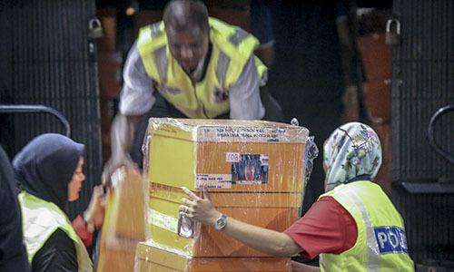 Malaysia thu gần 300 túi hàng hiệu, 72 bao tiền tại nhà cựu thủ tướng