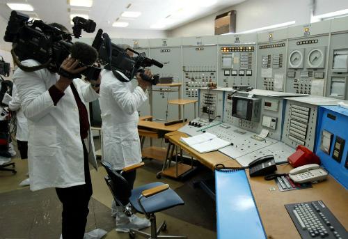 Nhà báo Mỹ đến một cơ sở hạt nhân của Libya năm 2004. Ảnh: AP.