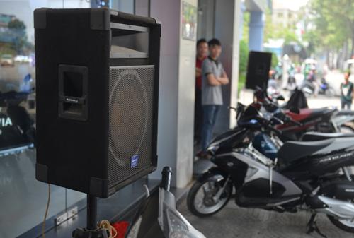 Một cửa hàng trên đường Trần Hưng Đạo, quận 1 để hai loa mở nhạc lớn thu hút khách. Ảnh: Sơn Hòa